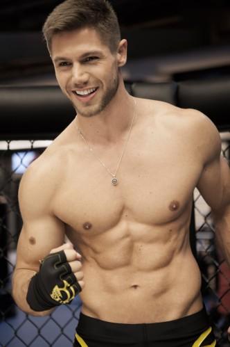 Foto de Jonas ex bbb sem camisa mostrando o corpo sarado e gostoso