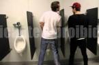 De olho na pica de homens mijando em banheiro público