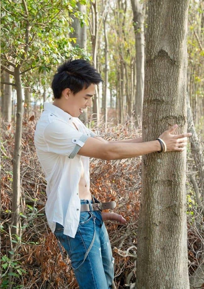 Foto de um tailandes gay pelado no meio do mato