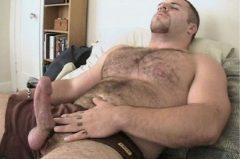 Foto picante gay de um urso pelado com a pica na mão