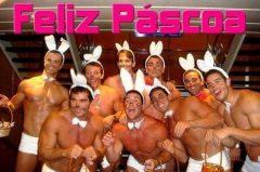 Foto de vários homens fantasiados de coelho da páscoa.