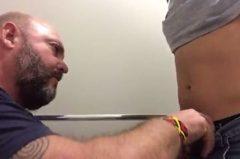 Video de urso gay mamando e dando o rabo para novinho.